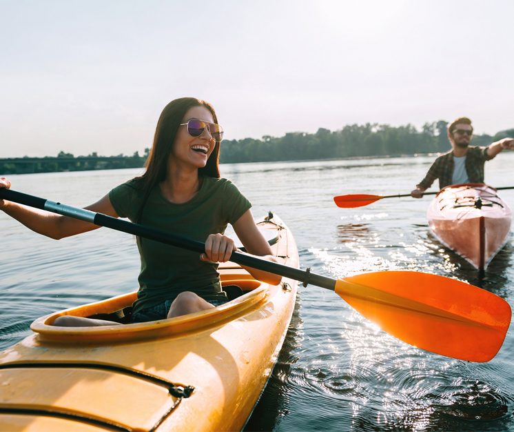 persoane practicând caiac-canoe