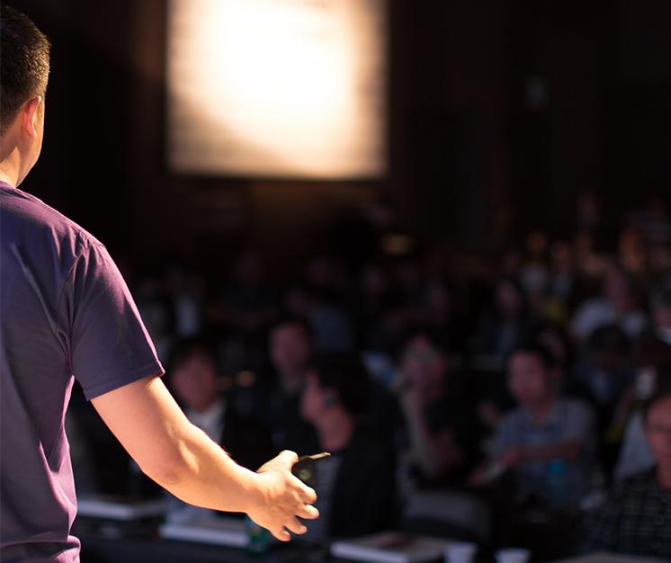 reprezentare, persoană ținând un discurs în fața unui public